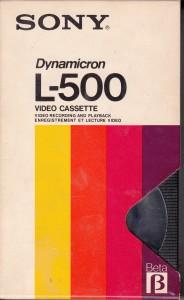 """Una cinta de vídeo Betamax o """"Beta"""" para los amigos. Cuando los videoclubes dominaban la Tierra y se repartían las películas entre """"V"""" , es decir VHS, Beta y V2000. Los de V2000 fueros los 1ºs damnificados, años después tocaría a los del Beta, que, decían, tecnológicamente era superior."""