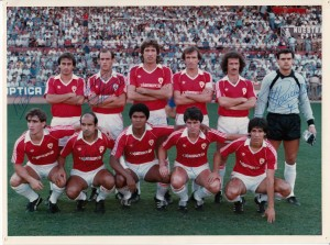 El Real Murcia 1983 (año de sus Bodas de Brillantes, 75 años). Foto firmada por algunos jugadores: De izquierda a derecha arriba: Sierra, Núñez, Higinio, Vidaña, Ramírez, Cervantes, y en la fila de abajo, agachados, de izquierda a derecha, López, Santi, Figueroa, Guina y Moyano.